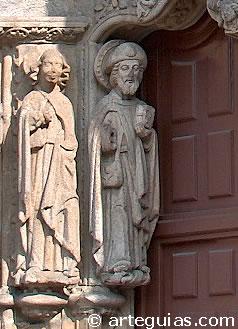 Statue de Santiago Apostol à la porte de l'école de San Jerónimo de Saint - Jacques - de - Compostelle